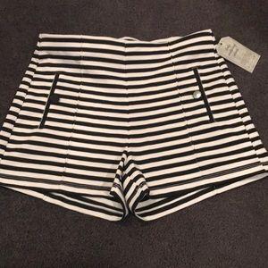 Pants - Cutie white&black striped shorts!